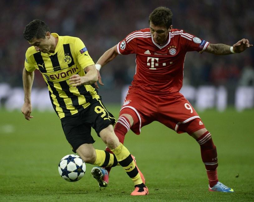 Robert Lewandowski będzie mógł się znowu zmierzyć ze snajperem Bayernu - Mario Mandżukiciem. /AFP
