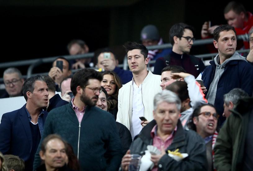 Robert Lewandowski (biała kurtka), obok żona Anna na meczu Bayern - Real /Alex Grimm /Getty Images