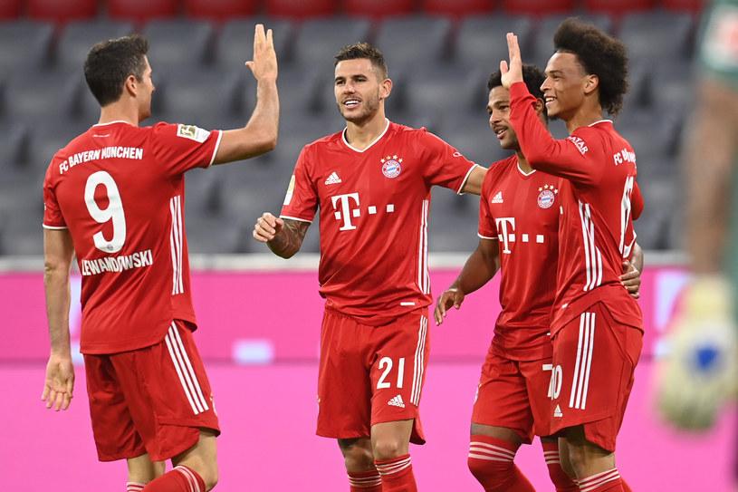 Robert Lewandowski celebruje wygraną z kolegami z Bayernu Monachium /CHRISTOF STACHE /AFP