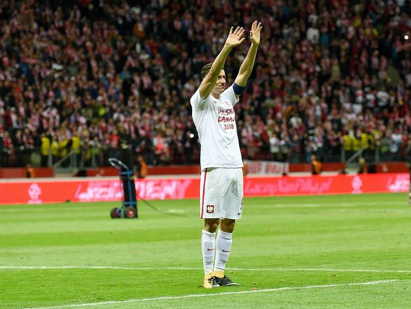 Robert Lewandowski cieszący się z awansu na mundial /AFP
