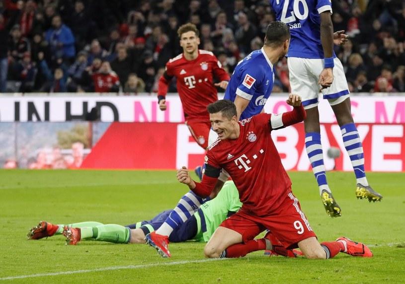 Robert Lewandowski cieszy się podczas meczu z Schalke /PAP/EPA