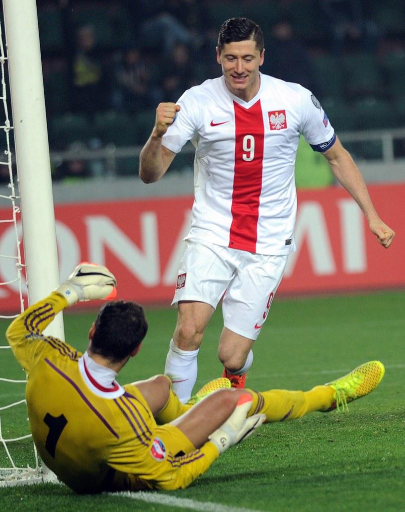 Robert Lewandowski cieszy się z bramki na 0-2 w meczu Gruzja - Polska. /AFP