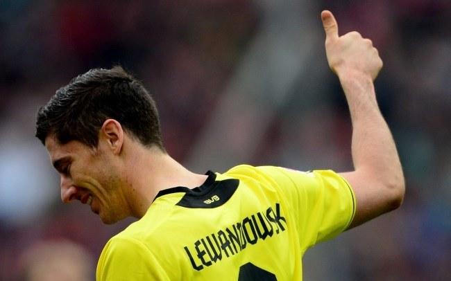 Robert Lewandowski cieszy się z gola dla Borussii Dortmund /PAP/EPA