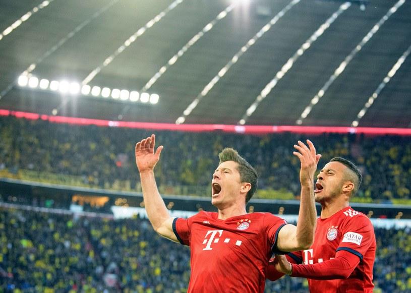 Robert Lewandowski cieszy się z gola. Obok Thiago /AFP