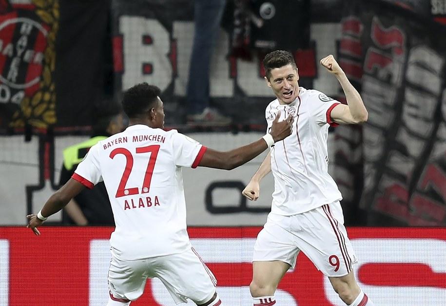 Robert Lewandowski cieszy się ze swojego drugiego gola w meczu Bayernu Monachium z Bayerem Leverkusen w półfinale Pucharu Niemiec /Friedemann Vogel /PAP/EPA
