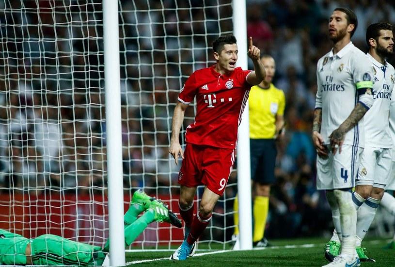 Robert Lewandowski (czerwony strój) w meczu z Realem Madryt na Santiago Bernabeu /AFP
