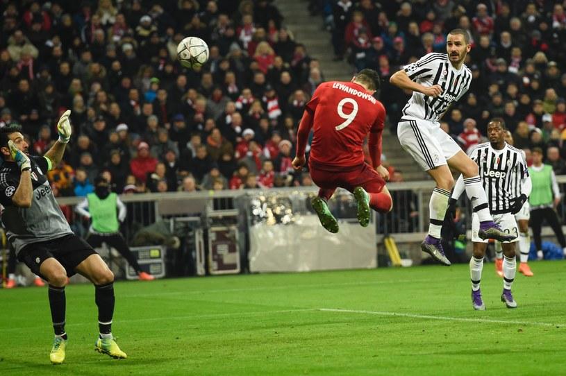 Robert Lewandowski (czerwony strój) w ten sposób strzelił gola Juventusowi /AFP