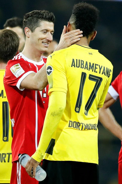 Robert Lewandowski dziękuje za walkę Pierre-Emerickowi Aubameyangowi z Borussii Dortmund. /PAP/EPA