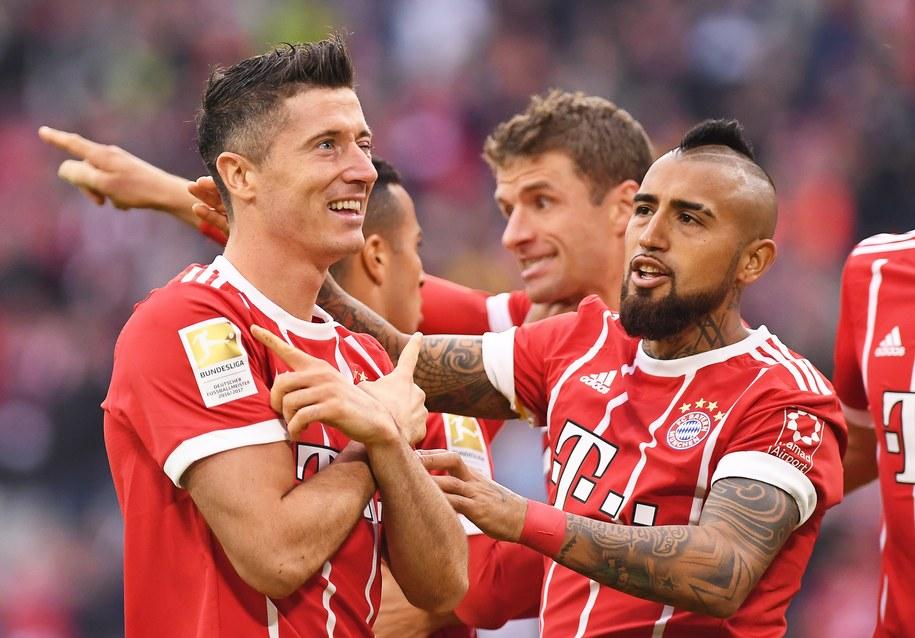 Robert Lewandowski fetuje z Arturo Vidalem zdobycie gola w meczu Bayernu Monachium z FSV Mainz /LUKAS BARTH /PAP/EPA