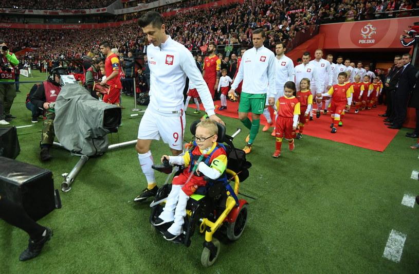 Robert Lewandowski i 4-letni Franek Trzęsowski /Fot. Bartłomiej Zborowski /PAP