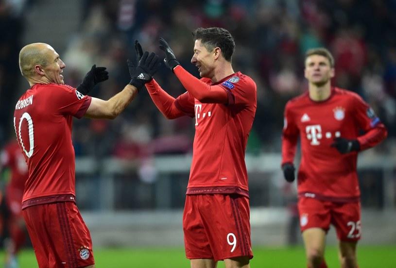 Robert Lewandowski i Arjen Robben celebrują zdobycie gola /AFP /AFP