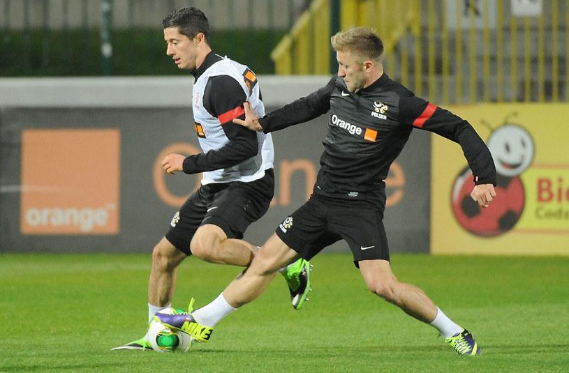Robert Lewandowski i Jakub Błaszczykowski walczą o piłkę podczas treningu reprezentacji /Bartłomiej Zborowski /PAP