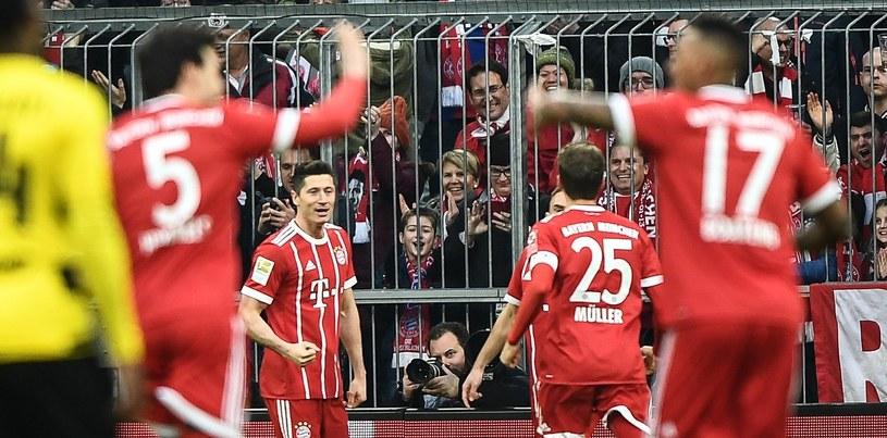 Robert Lewandowski i jego koledzy z Bayernu Monachium cieszą się z gola w meczu z Borussią Dortmund /PAP/EPA