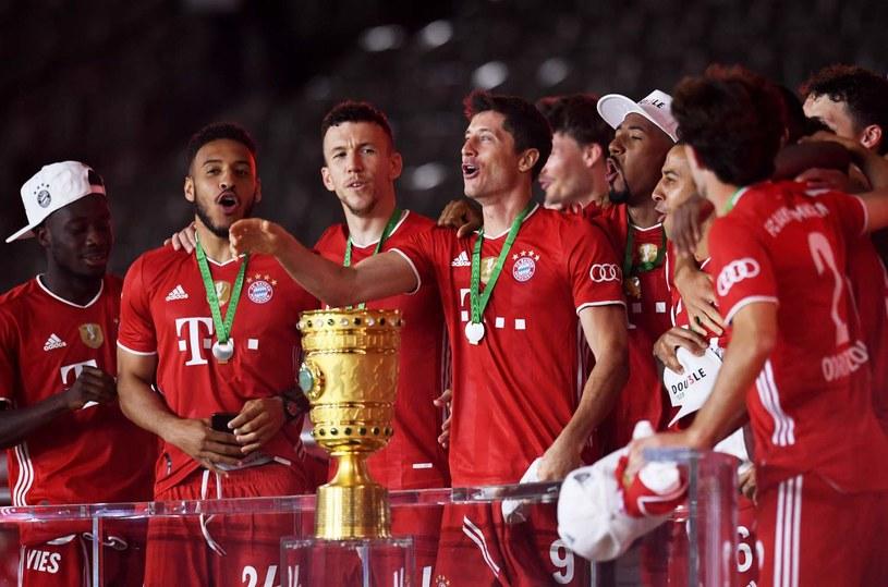 Robert Lewandowski i jego koledzy z Bayernu podczas fety z 4 lipca, po zdobyciu Pucharu Niemiec /AFP