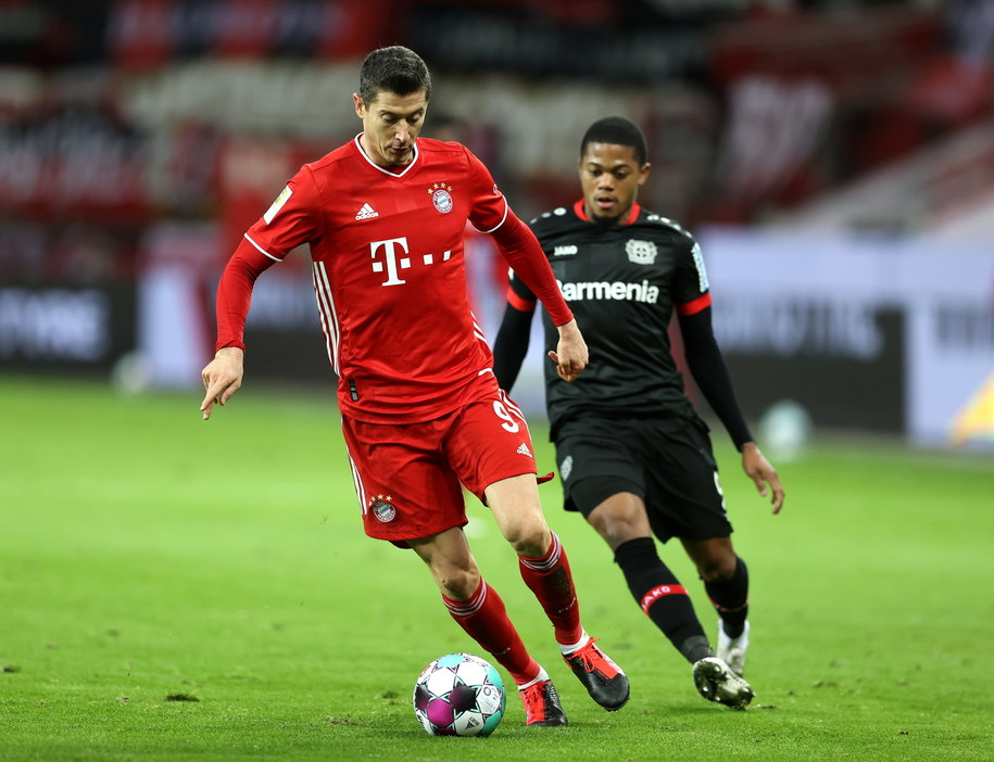 Robert Lewandowski i Leon Bailey /LARS BARON / POOL /PAP/EPA