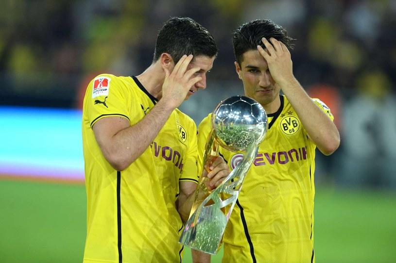 Robert Lewandowski i Nuri Sahin z trofeum za zwycięstwo w Superpucharze Niemiec /AFP
