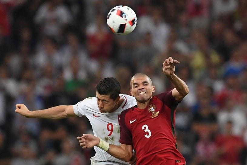 Robert Lewandowski i Pepe walczą o piłkę podczas Euro 2016 /FRANCISCO LEONG /AFP