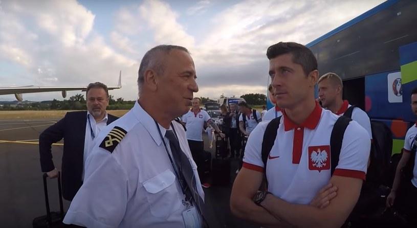 Robert Lewandowski i pilot samolotu /PZPN