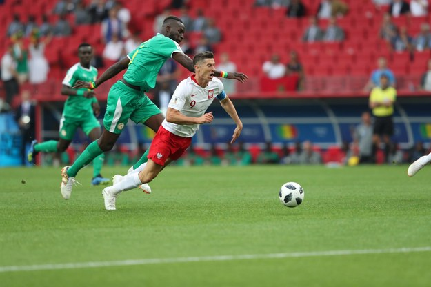Robert Lewandowski i  Salif Sane podczas meczu Polska - Senegal /Ye Pingfan /PAP/Photoshot