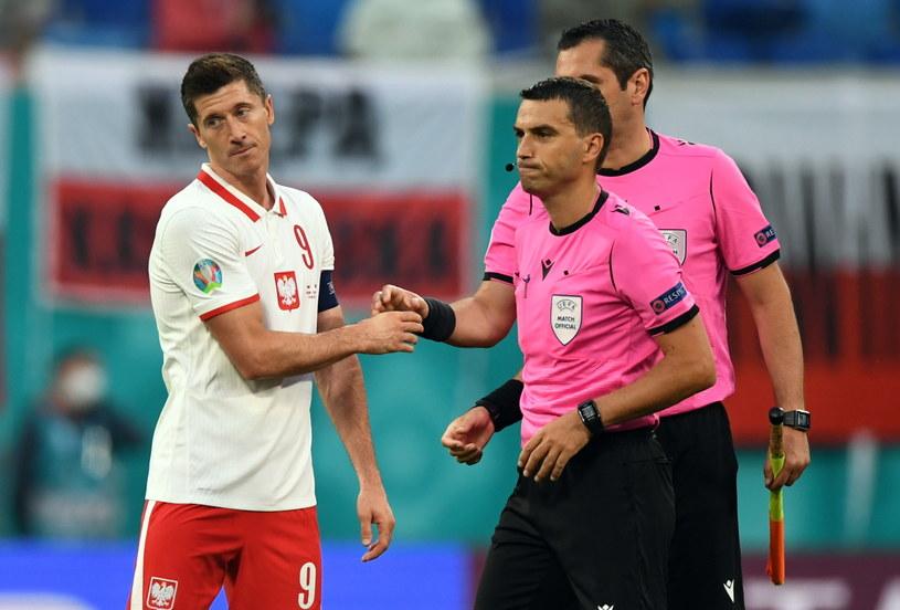 Robert Lewandowski i sędzia Ovidiu Hategan po meczu Polska - Słowacja /PAP/EPA