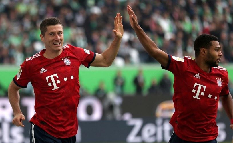 Robert Lewandowski i Serge Gnabry cieszą się z gola dla Bayernu /PAP/EPA