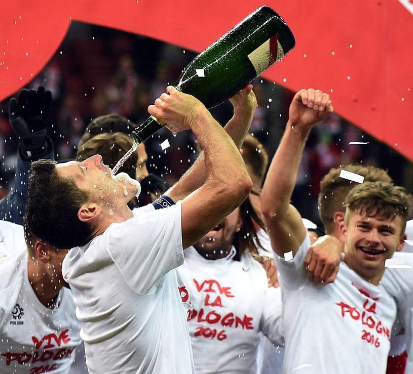 Robert Lewandowski i spółka świętują awans na Euro 2016 /AFP