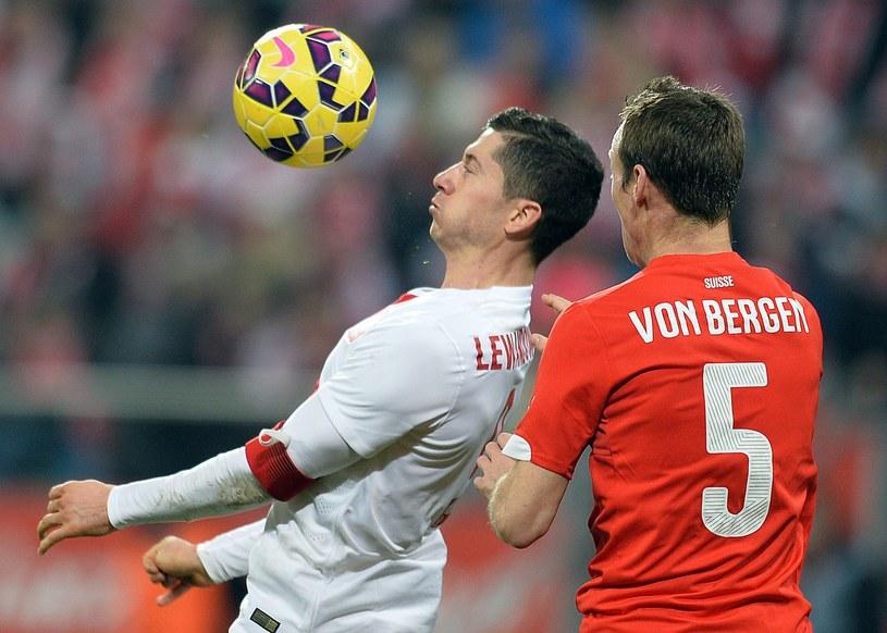 Robert Lewandowski i Steve von Bergen podczas meczu Polska - Szwajcaria we Wrocławiu /AFP