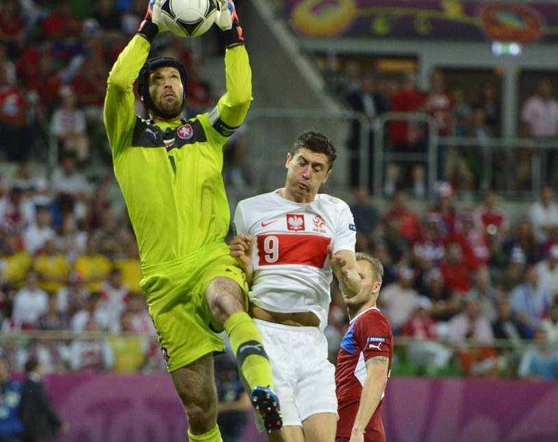 Robert Lewandowski kontra Petr Czech podczas meczu Euro 2012 Polska - Czechy we Wrocławiu /AFP