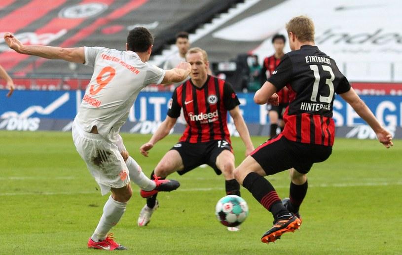 Robert Lewandowski kontra Sebastian Rode (w środku) i Martin Hinteregger (nr 13) z Eintrachtu /AFP