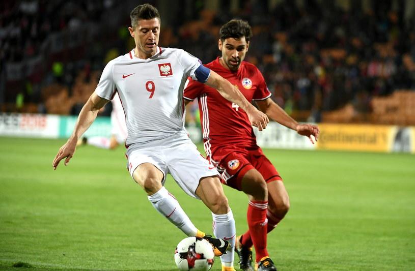 Robert Lewandowski (L) i Taron Woskanjan (P) z Armenii /Bartłomiej Zborowski /PAP