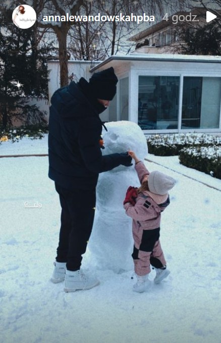 Robert Lewandowski lepi bałwana z córką Klarą /Instagram/annalewandowskahpba