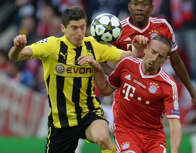 Robert Lewandowski musiał zaciekle walczyć z Franckiem Riberrym i Davidem Alabą z Bayernu Monachium. Już za rok obaj mogą być jego kolegami z zespołu. /AFP