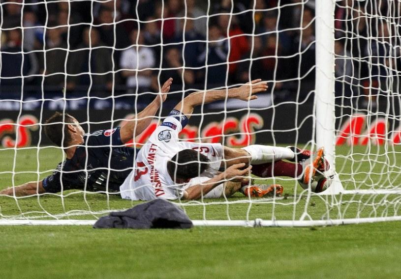Robert Lewandowski na leżąco strzela gola na 2-2. /PAP/EPA