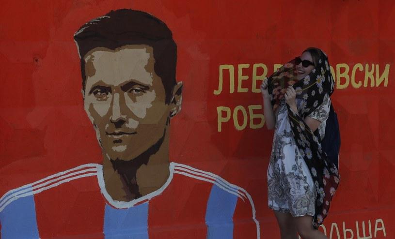 Robert Lewandowski na muralu w Wołgogradzie /PAP/EPA
