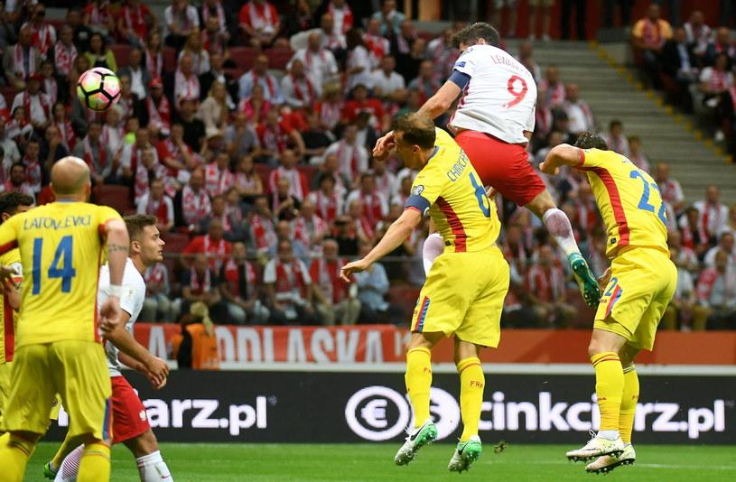 Robert Lewandowski (nr 9) w meczu z Rumunią zasłużył na najwyższą notę /Bartłomiej Zborowski /PAP