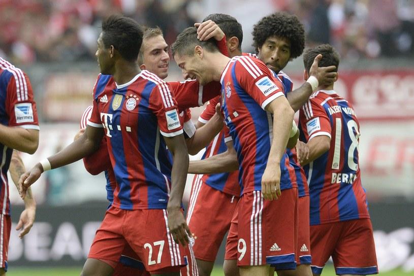 Robert Lewandowski (numer dziewięć) odbiera gratulacje od kolegów z Bayernu. Naprzeciwko niektórych z nich stanie 11 października na Stadionie Narodowym w Warszawie /AFP