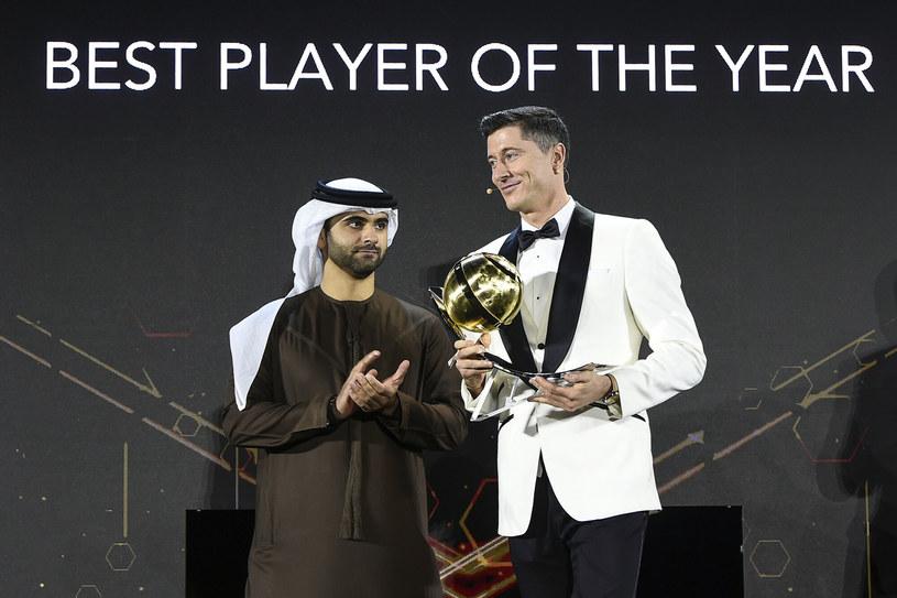 Robert Lewandowski odbiera kolejną nagrodę w Dubaju Piłkarza Roku /East News /East News