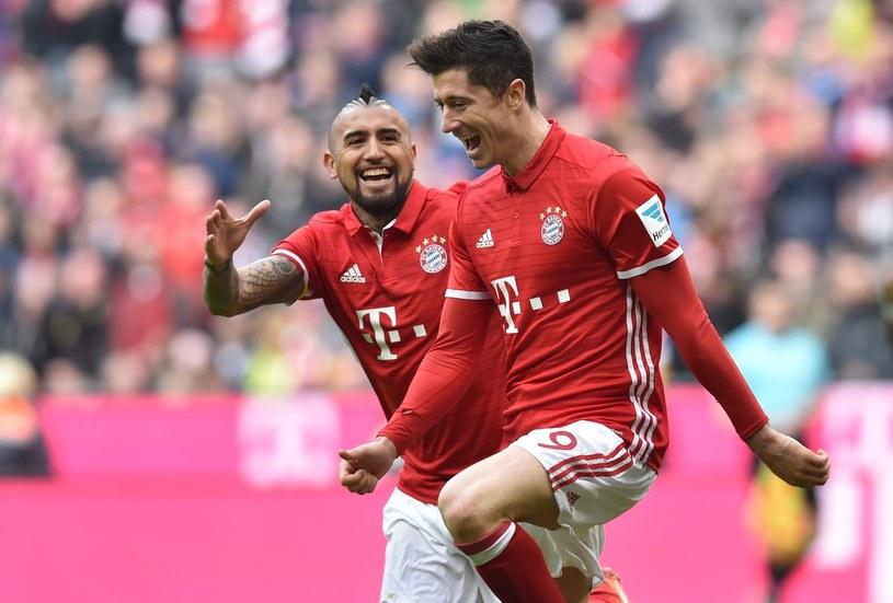 Robert Lewandowski oraz Arturo Vidal celebrują bramkę strzeloną Eintrachtowi Frankfurt /East News /