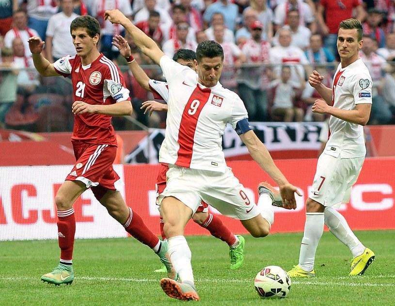Robert Lewandowski po asyście Arkadiusza Milika strzela gola Gruzji w Warszawie /AFP