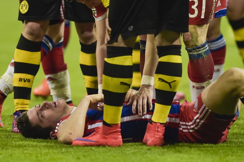 Robert Lewandowski po starciu z Mitchellem Langerakiem /AFP