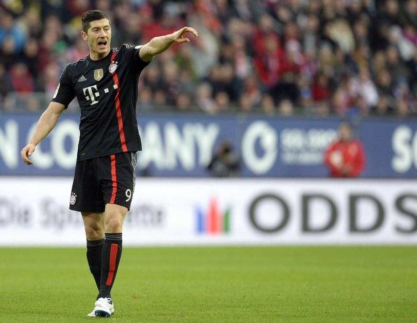 Robert Lewandowski podczas meczu z Augsburgiem /AFP