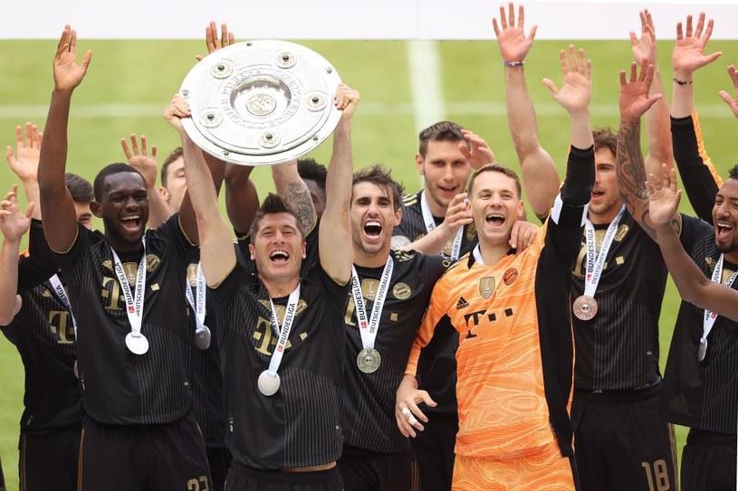Robert Lewandowski podnosi mistrzowską paterę. Bayern po razi dziewiąty z rzędu mistrzem Niemiec /Alexander Hassenstein /Getty Images