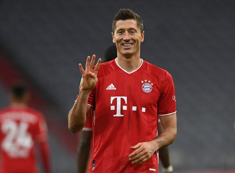 Robert Lewandowski pokazuje na palcach, ile goli strzelił Hercie Berlin /AFP