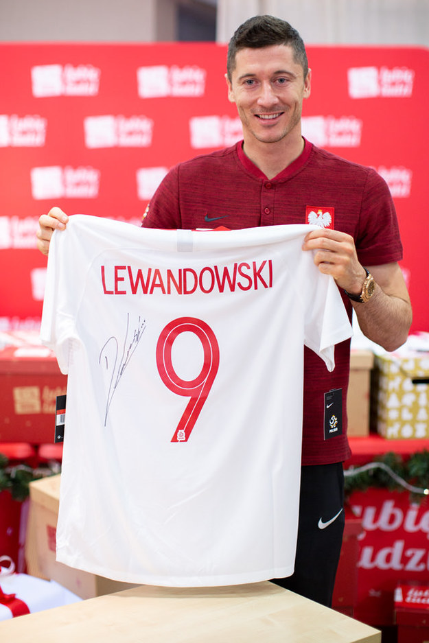 Robert Lewandowski przekazał koszulkę ze swoim autografem /Szlachetna Paczka /Materiały prasowe