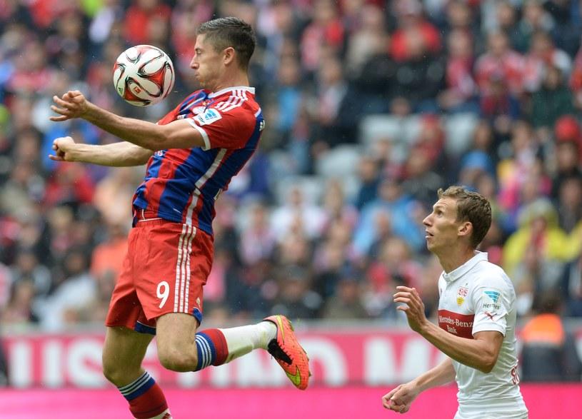 Robert Lewandowski przyjmuje piłkę podczas meczu z VfB Stuttgart /AFP