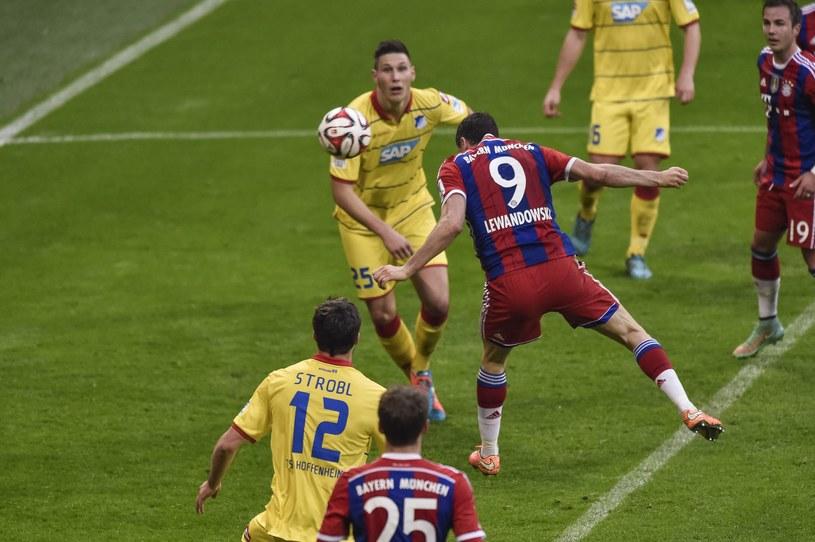 Robert Lewandowski strzela bramkę dla Bayernu /AFP