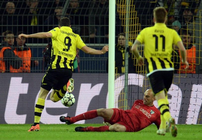 Robert Lewandowski strzela bramkę dla Borussii Dortmund /AFP