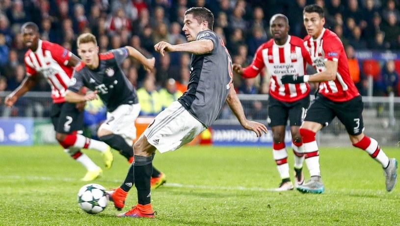 Robert Lewandowski strzela gola dla Bayernu z rzutu karnego /PAP/EPA