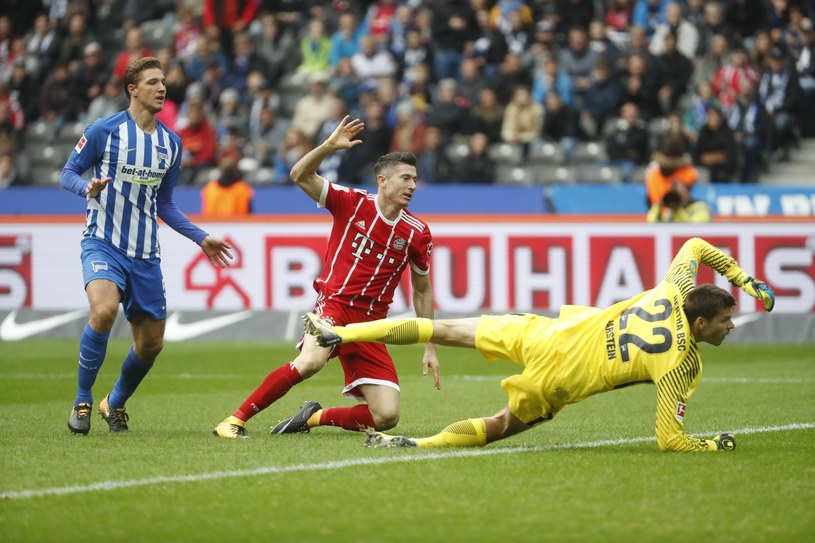 Robert Lewandowski strzela gola dla Bayernu /PAP/EPA