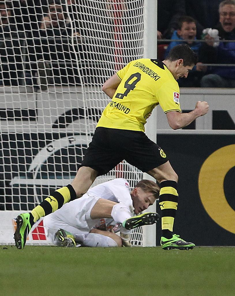 Robert Lewandowski strzela gola dla Borussii Dortmund z rzutu karnego /AFP